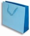Vrećica papirna,svijetlo plava; dimenzije: 27x32x10cm